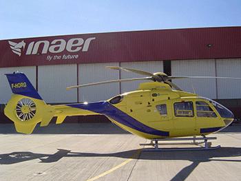 INAER Hélicoptère devant entrepot